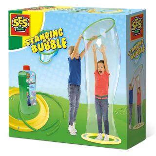 SES Debout dans une bulle géante